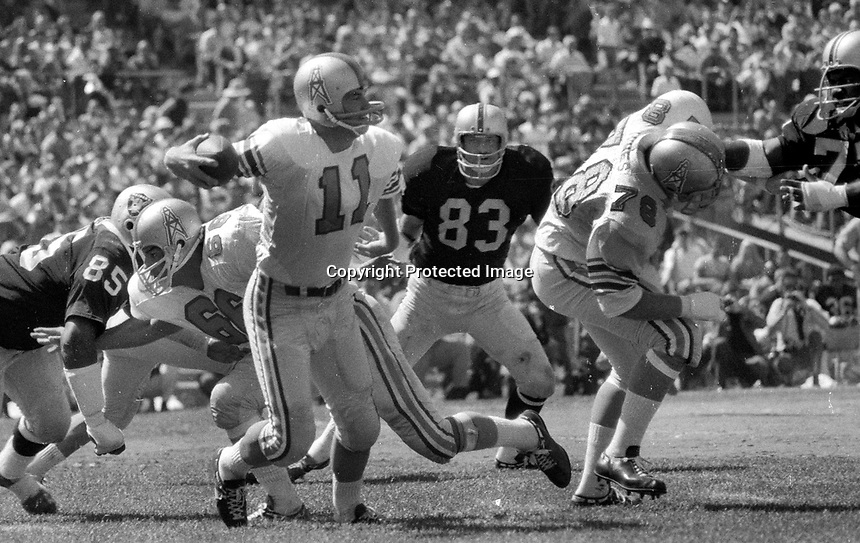 Houston Oiler QB Pete Beathard against the Oakland Raiders, #83 Ben Davidsons,(1969 photo/Ron Riesterer)