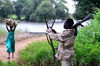 ETHIOPIA, Gambela, village Tata of Anuak tribe, with AK-47 armed village guard  / AETHIOPIEN, Gambela, Dorf Tata der Ethnie ANUAK, Dorfwaechter mit Maschinengewehr zum Schutz vor Ueberfaellen durch Angreifer von anderen Volksstaemmen aus dem Sued-Sudan