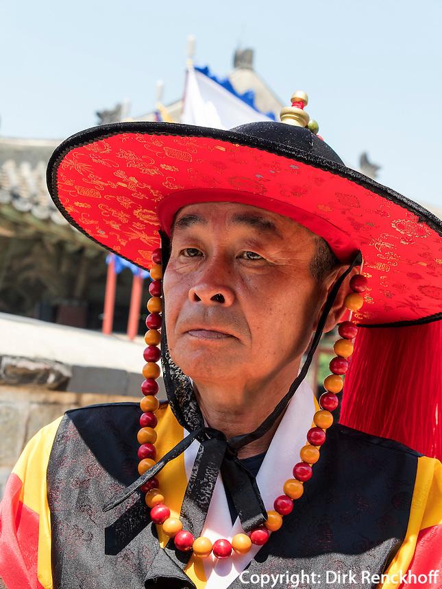 W&auml;chter Soonradoon in traditioneller Kleidung beim Nordtor Hwaseomun der Festung von Suwon, Provinz Gyeonggi-do, S&uuml;dkorea, Asien, Unesco-Weltkultueerbe<br /> Guard Soonradoon in traditional uniform near northgate Hwaseomun of fortress Hwaseong, Suwon, Province Gyeonggi-do, South Korea Asia, UNESCO World-heritage