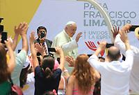 """LIM315. LIMA (PERÚ), 21/01/2018.- El papa Francisco (c, atrás) se despide luego de visitar hoy, domingo 21 de enero de 2018, el Palacio Arzobispal en Lima (Perú). El papa pidió a los obispos peruanos que no tengan miedo """"a denunciar los abusos y los excesos"""", como hizo santo Toribio Mogrovejo, durante un encuentro en el arzobispado de Lima, en el último día de su visita a Perú. EFE/SEBASTIÁN CASTAÑEDA"""