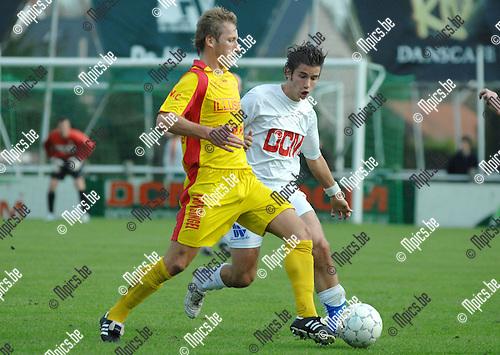 2007-10-21 / Voetbal / KFC Katelijne - KFC Duffel / Kristof Hoefkens van Katelijne (achter) kijkt toe hoe Raf Peeters van Duffel de bal controleert