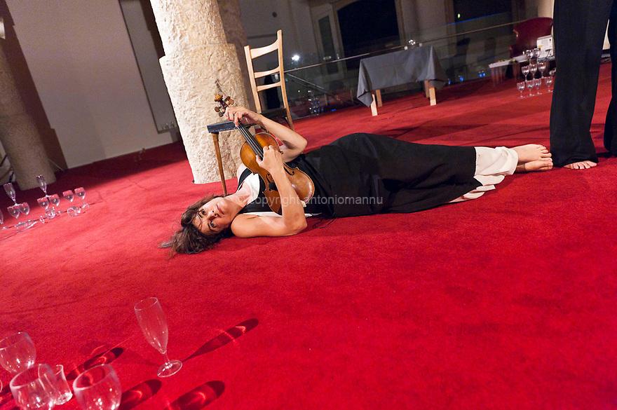 Adele Madau, violinista nata a Caglliari (Pirri) durante le prove di uno spettacolo di danza contemporanea realizzato a Barcellona, all'interno della Pedrera, una delle case progettate da Antoni Gaudì.