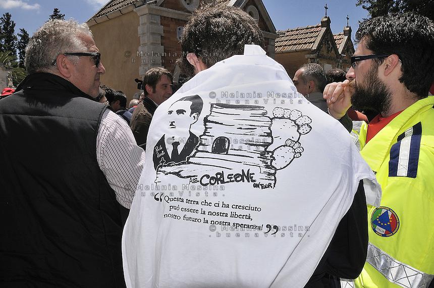 Corleone,the during  state funeral of the unionist Placido Rizzotto killed by mafia on 1948, a student wears a t-shirt with writing anti-mafia.<br /> <br /> Corleone durante i funerali di stato del sindacalista Placido Rizzotto ucciso dalla mafia nel 48, un ragazz0 indossa una maglietta con scritte antimafia.