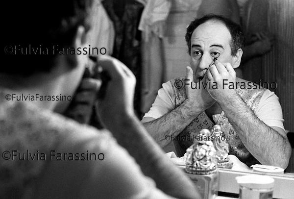 Milano, novembre 1995, Teatro Dell\'Elfo, Toni Servillo prima dello spettacolo si trucca in camerino, compagnia teatrale Teatri Uniti,.Tony Servillo to play Moliére\'s The Misanthrope ; Toni Servillo getting their makeup in the dressing room before the show.