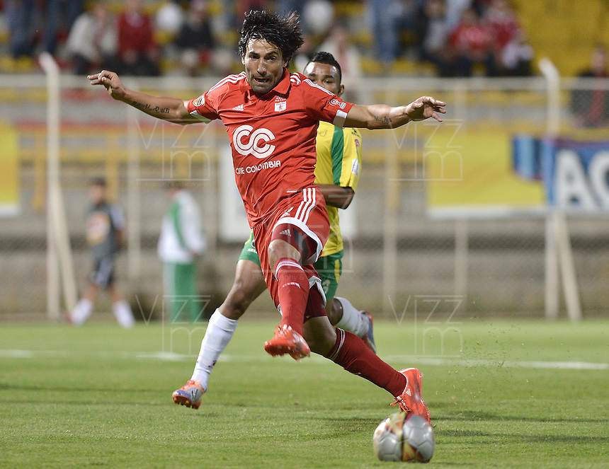 BOGOTA -COLOMBIA-01-06-2015. Ernesto Farias jugador de America en acción durante el partido entre América de Cali y Real Cartagena por la fecha 16 del Torneo Aguila 2015 jugado en el Metropolitano de Techo de la ciudad de Bogotá./ Ernesto Farias player of America in action during the match between America de Cali and Real Cartagena for the 16th date of Aguila Tournament 2015 played at Metropolitano de Techo stadium in Bogota city. Photo: VizzorImage / Gabriel Aponte / Staff