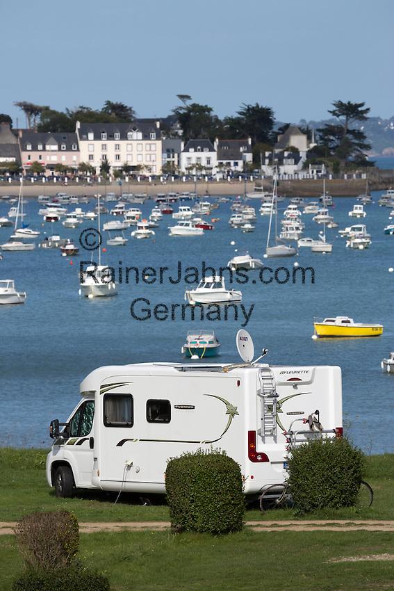 France, Brittany, Département Finistère, Locquirec: Campervan at Camping du Fond de la Baie campsite | Frankreich, Bretagne, Département Finistère, Locquirec: Wohnmobil auf dem Campingplatz Camping du Fond de la Baie