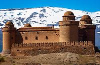 Spanien, Andalusien, Provinz Granada, La Calahorra: Burg vor schneebedeckter Sierra Nevada | Spain, Andalusia, Province Granada, La Calahorra: fortress, castle, snow covered Sierra Nevada