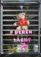 Nederland  Zaandam - 2020. Berenjacht. Beertje voor het raam. De berenjacht is een initiatief om kinderen af te leiden van het Coronavirus en is geïnspireerd op het in 1995 verschenen prentenboek Wij gaan op berenjacht.  Foto Berlinda van Dam / HH / ANP