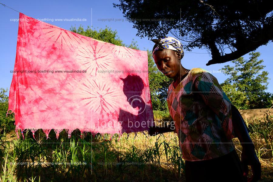KENIA, ADS Anglican Development Services of Mount Kenya East, Stadt Embu, Dorf Gichunguri, Projekt Regenwasserauffang an einem Felsen und Speicherung in Tanks zur Nutzung in Duerreperioden, Agnes Irima, 44 Jahre, auf ihrem Hof beim Waesche waschen