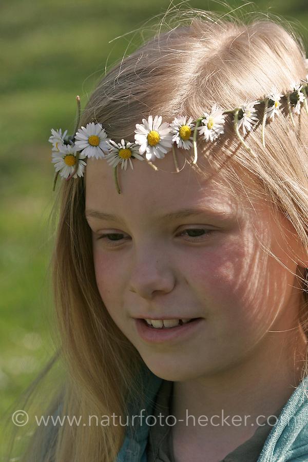 Mädchen mit Gänseblümchen-Kranz auf dem Kopf, Blumenkranz, Blumen-Kranz, Kranz aus Blüten, Gänseblümchen, Bellis perennis, Daisy