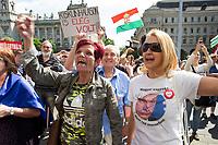 UNGARN, 08.05.2018, Budapest V. Bezirk. Waehrend der erneuten Amtseinfuehrung von MP Viktor Orb&aacute;n demonstrieren tausende Menschen gegen den durch das manipulierte Wahlsystem ermoeglichten erneuten &ldquo;Zwei-Drittel-Sieg&ldquo; von Fidesz am 8. April. Die Menge bildet eine Menschenkette auf dem Kossuth-Lajos-Platz vor dem Parlament. -T-Shirt: &quot;Ich bin Ungarin, ich habe nicht fuer dich gestimmt!&quot; | During the renewed inauguration of PM Viktor Orban several thousand people demonstrate against Fidesz' new &ldquo;two-third-supermajority&ldquo; facilitated by a manipulated election system on April 8. The crowd forms a human chain on Kossuth Lajos square in front of the parliament. -T-shirt: &quot;I'm Hungarian, I didn't vote for you!&quot;<br /> &copy; Szilard Voros/estost.net