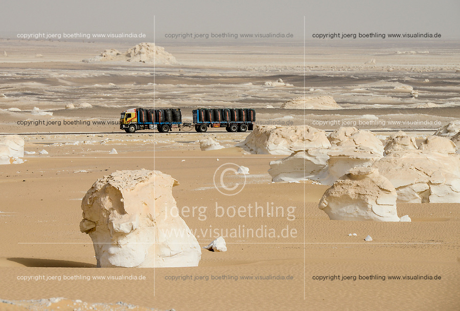 EGYPT, Farafra, Nationalpark White Desert , mushroom chalk rocks shaped by wind and sand erosion, truck transport potatos from desert farms / AEGYPTEN, Farafra, Nationalpark Weisse Wueste, LKW transportiert Kartoffeln aus Wuestenfarmen nach Kairo