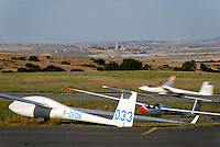 Fuentemilanos Landebahn: SPANIEN, KASTILIEN LEON, SEGOVIA, 30.07.2008: Segelflugzeug landet in Fuentemilanos, dahinter Segovia mit der Kathedrale.c o p y r i g h t : A U F W I N D - L U F T B I L D E R . de.G e r t r u d - B a e u m e r - S t i e g 1 0 2, .2 1 0 3 5 H a m b u r g , G e r m a n y.P h o n e + 4 9 (0) 1 7 1 - 6 8 6 6 0 6 9 .E m a i l H w e i 1 @ a o l . c o m.w w w . a u f w i n d - l u f t b i l d e r . d e.K o n t o : P o s t b a n k H a m b u r g .B l z : 2 0 0 1 0 0 2 0 .K o n t o : 5 8 3 6 5 7 2 0 9.C o p y r i g h t n u r f u e r j o u r n a l i s t i s c h Z w e c k e,  V e r o e f f e n t l i c h u n g  n u r  m i t  H o n o r a r  n a c h M F M, N a m e n s n e n n u n g  u n d B e l e g e x e m p l a r !...