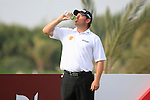 Lee Westwood cools off on the 14th tee during the Pro-Am on Practice Day 2 of the Abu Dhabi HSBC Golf Championship, 19th January 2011..(Picture Eoin Clarke/www.golffile.ie)
