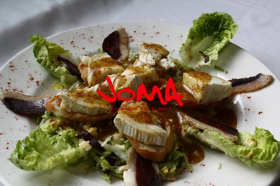 Amanida tebia amb vinagreta de mel i mostasa. Ensalada templda con vinagreta de miel imos taza. Warm salat with honney and  mustard  vinaigrette. Warmer Salat mit Honig und Senf