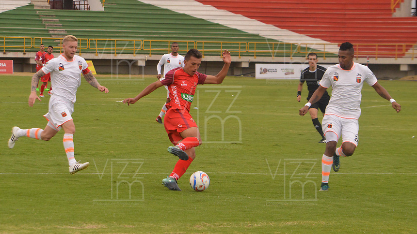 TUNJA - COLOMBIA - 18 - 03 - 2018: Mario Alvarez (Cent.) jugador de Patriotas F. C., disputa el balón con George Saunders (Izq.) y Luis Rodriguez (Der.), jugadores de Envigado F. C., durante partido entre Patriotas FC y Envigado F. C., de la fecha 9 por la Liga de Aguila I 2018 en el estadio La Independencia en la ciudad de Tunja. / Mario Alvarez (C) of Patriotas F. C., figths the ball with George Saunders (L) and Luis Rodriguez (R) players of Envigado F. C., during a match between Patriotas F. C. and Envigado F. C., of the 9th date for the Liga de Aguila I 2018 at La Independencia stadium in Tunja city. Photo: VizzorImage  /  Jose Miguel Palencia / Cont.