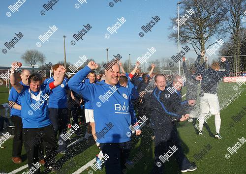11/03/2012 ; Voetbal ;  FC Turnhout- Dosko ; Trainer Frank Belmans ( vooraan) viert de titel.