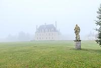France, Loir-et-Cher (41), Cellettes, Château de Beauregard et parc, aile sud-est et la statue de Flore