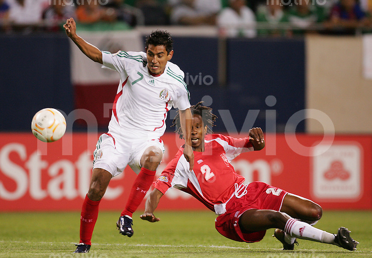 Fussball International Gold Cup Halbfinale  Guadeloupe 0-1 Mexico Alberto MEDINA (MEX, l) gegen Miguel COMMINGES (GLP).