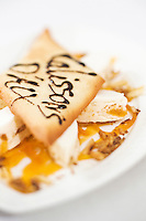 Europe/France/Provence-Alpes-Côte d'Azur/84/Vaucluse/ Lourmarin: Calissons glacés, coulis d'abricot à l'amande amère, Recette de Reine Sammut du restaurant  La Fenière