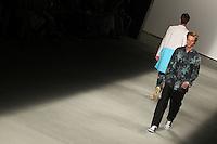 RIO DE JANEIRO, RJ, 13 DE JANEIRO 2012 - FASHION RIO - DESFILE GRIFE R. GROOVE - Modelo durante desfile da grife R.Groove no quarto dia de desfiles da edição inverno 2012 do Fashion Rio, no Pier Mauá, na cidade do Rio de Janeiro, nesta sexta-feira, 13. (FOTO: BRUNO TURANO - NEWS FREE).