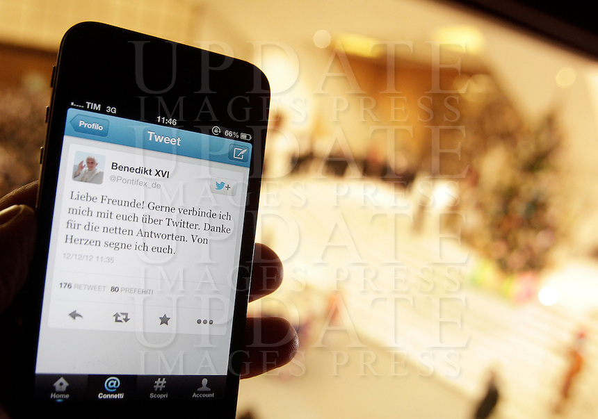 """Uno smartphone con il primo """"tweet"""" in lingua tedesca di Papa Benedetto XVI su Twitter, durante l'udienza settimanale del mercoledi' in Aula Paolo VI, Citta' del Vaticano, 12 dicembre 2012..A smartphone showing Pope Benedict XVI's first """"tweet"""" in German on the social network Twitter is seen during the weekly general audience in the Paul VI hall at the Vatican, 12 December 2012..UPDATE IMAGES PRESS/Riccardo De Luca"""