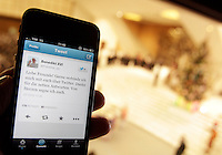 "Uno smartphone con il primo ""tweet"" in lingua tedesca di Papa Benedetto XVI su Twitter, durante l'udienza settimanale del mercoledi' in Aula Paolo VI, Citta' del Vaticano, 12 dicembre 2012..A smartphone showing Pope Benedict XVI's first ""tweet"" in German on the social network Twitter is seen during the weekly general audience in the Paul VI hall at the Vatican, 12 December 2012..UPDATE IMAGES PRESS/Riccardo De Luca"