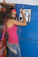 Asie/Israël/Galilée/Saint-Jean-d'Acre: jeune fille au téléphone dans la vieille ville