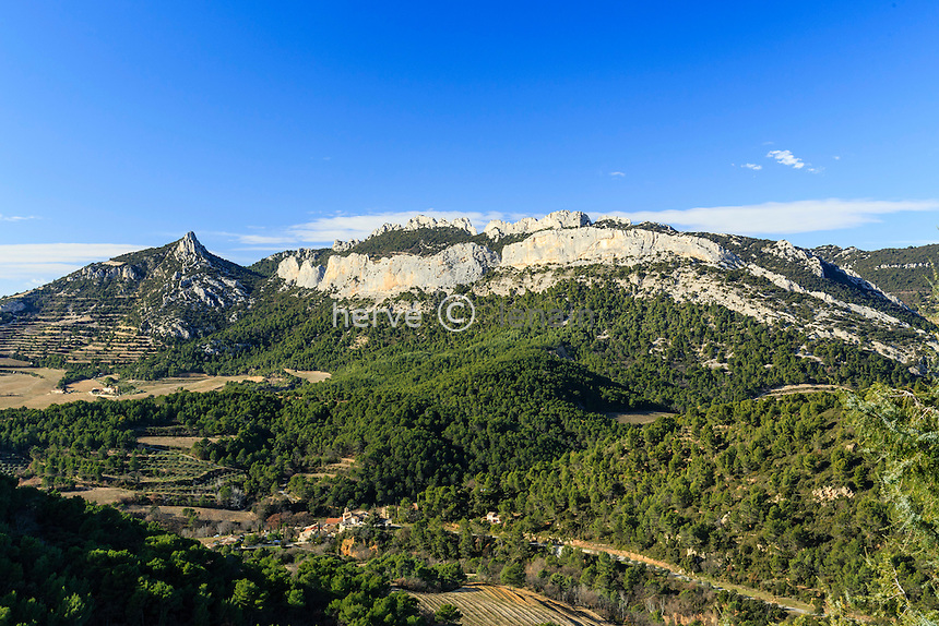 France, Vaucluse (84), La Roque-Alric, les Dentelles de Montmirail vue depuis le village // France, Vaucluse, La Roque-Alric, the Dentelles de Montmirail seen from the village