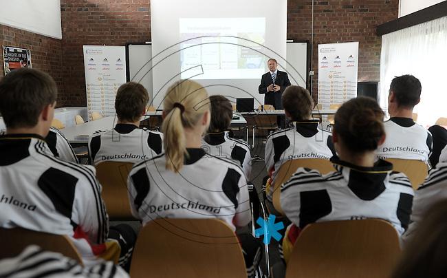 Fechtzentrum Bonn - im Bild: Pressekonferenz Team Degen Frauen und Florett Herren.   Foto: Norman Rembarz..Norman Rembarz , Autorennummer 41043728 , Augustenstr. 2, 04317 Leipzig, Tel.: 01794887569, Hypovereinsbank: BLZ: 86020086, KN: 357889472, St.Nr.: 231/261/06432 - Jegliche kommerzielle Nutzung ist honorar- und mehrwertsteuerpflichtig! Persönlichkeitsrechte sind zu wahren. Es wird keine Haftung übernommen bei Verletzung von Rechten Dritter. Autoren-Nennung gem. §13 UrhGes. wird verlangt. Weitergabe an Dritte nur nach  vorheriger Absprache. Online Nutzung ist separat kostenpflichtig !.