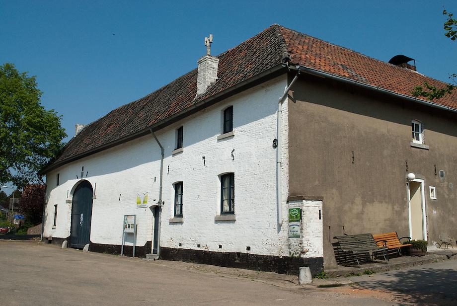 """Limburgse carré boerderij, in gebruik als geintenboerderij: : """"Bij de holle bolle geit"""" te Herkenrade"""