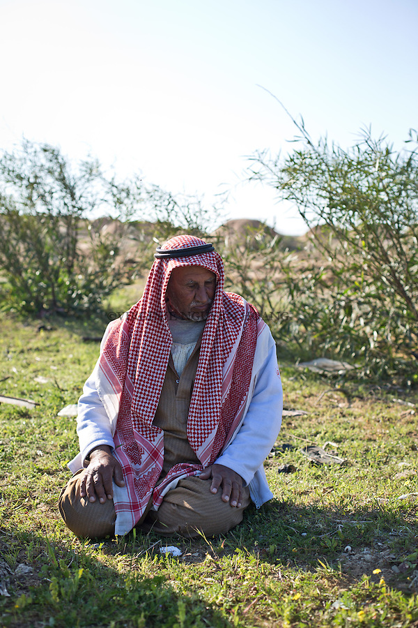 GAZA, Erez: Hassan's father is 81 years old and married 5 times. In 1948, he immigrate from a village near Beersheba and settled down in Gaza. His sons call him the &quot;King&quot;. <br /> <br /> GAZA, Erez: le p&egrave;re d'Hassan est &acirc;g&eacute; de 81 ans et mari&eacute; 5 fois. En 1948, il immigre d'un village pr&egrave;s de Beersheba et s'installe install&eacute;s dans la bande de Gaza. Ses fils l'appellent le &quot;King&quot;.