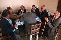 Europe/Chypre/Peyia: Hommes jouant aux cartes dans une taverne