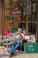 Deutschland, Rheinland-Pfalz, Neustadt an der Weinstrasse: Kaffeehaus Fridericus in der Altstadt mit Coffee to go im Angebot | Germany, Rhineland-Palatinate, Neustadt an der Weinstrasse: coffee-house Fridericus at old town offering coffee to go