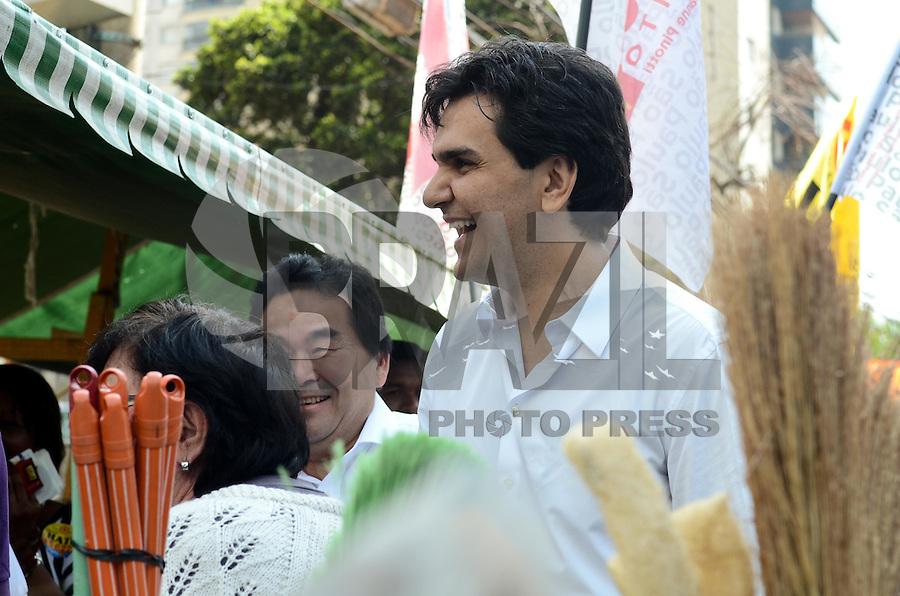 SAO PAULO, 28 DE AGOSTO DE 2012 - ELEICOES 2012 CHALITA - Candidato Gabriel Chalita (PMDB) durante visita a feira livre na Vila Mariana, regiao sul da capital, na manha desta terca feira. FOTO: ALEXANDRE MOREIRA - BRAZIL PHOTO PRESS