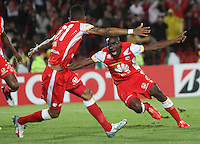 BOGOTA-COLOMBIA-20- MAYO-2015. Dairon Mosquera Jugador del Independiente Santa Fe de Colombia celebra un gol anotado a Internacional de Porto Alegre de Brasil   durante partido de ida  por los cuartos  de final  de la Copa Bridgestone Libertadores 2015 jugado en el estadio Nemesio Camacho El Campin de la ciudad de Bogotá. / Dairon Mosquera  Player of Independiente Santa Fe of Colombia celebrates a goal scored to Internacional de Porto Alegre de La Plata of Brazil  during the match for the first leg of the quarterfinals  of the Copa Bridgestone Libertadores 2015 played at Nemesio Camacho El Campin stadium in Bogota city. Photo: VizzorImage / Felipe Caicedo / Staff