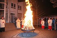 Pfarrer Christof Mulach hat mit dem Osterfeuer die Osterkerze entzündet