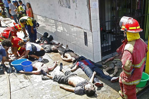 (((CORRECCIÓN CRÉDITO))) LIM09. LIMA (PERÚ), 28/01/2012.- Miembros del cuerpo de bomberos ayudan a las víctimas hoy, sábado 28 de enero de 2012, en un centro de rehabilitación para alcohólicos y drogadictos en el distrito de San Juan de Lurigancho, en Lima, donde un incendió dejó menos 26 personas muertas. El comandante general de los bomberos, Antonio Zavala, confirmó que 22 personas murieron asfixiadas en el lugar del incendio y que otras cuatro fallecieron luego en los hospitales a los que habían sido trasladadas. EFE/STR