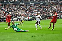 Torwart Lukas Hradecky (Eintracht Frankfurt) haelt gegen Anastasios Donis (VfB Stuttgart) - 30.09.2017: Eintracht Frankfurt vs. VfB Stuttgart, Commerzbank Arena