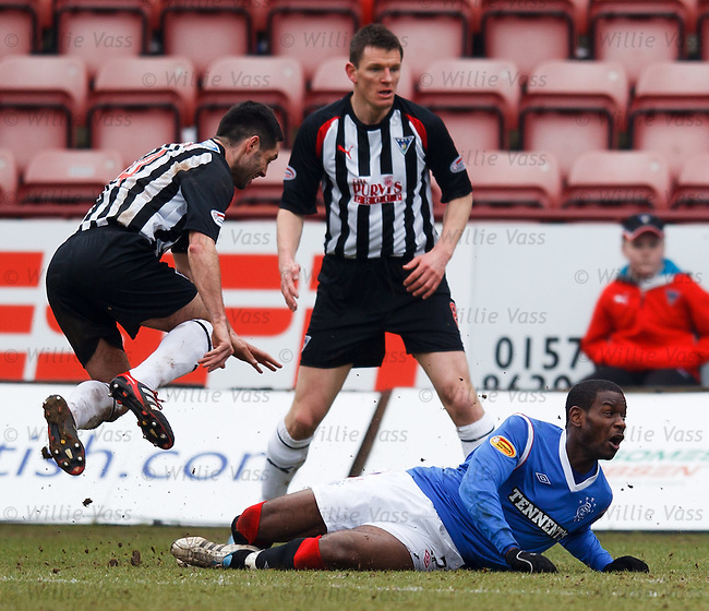 Maurice Edu puts in a robust challenge on Gary Mason in the box
