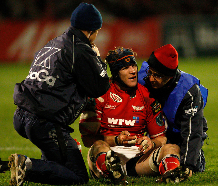 Photo: Richard Lane/Richard Lane Photography..Llanelli Scarlets v London Wasps. Heineken Cup. 17/11/2007. .Scarlets' Simon Easterby receives medical treatment.