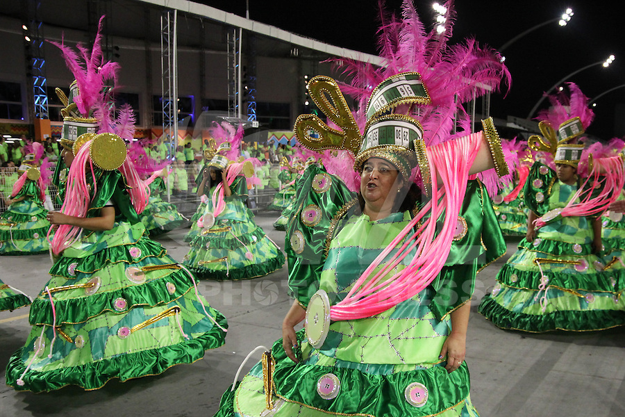 SÃO PAULO, SP, 16.02.2015  CARNAVAL 2015  SÃO PAULO  GRUPO DE ACESSO / MORRO DA CASA VERDE  Integrantes da escola de samba Morro da Casa Verde durante desfile do grupo de acesso do Carnaval de São Paulo, na madrugada desta segunda-feira, (16). (Foto: Marcos Moraes / Brazil Photo Press).