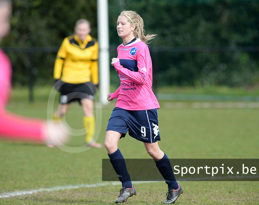 20160328 - Zwevezele , BELGIUM : Turnhout's Larissa Van Gils  pictured during the soccer match between the women teams of Voorwaarts Zwevezele and FC Turnhout  , on the 20th matchday of the Belgian Third division for Women on Saturday 28 th March 2016 in Zwevezele .  PHOTO SPORTPIX.BE DAVID CATRY