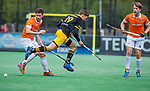 BLOEMENDAAL - Noud Schoenaker (Den Bosch) met Sander 't Hart (Bldaal)   tijdens de hoofdklasse competitiewedstrijd hockey heren,  Bloemendaal-Den Bosch (2-1).  COPYRIGHT KOEN SUYK