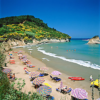 Greece, Corfu, Sidari: Busy beach on North coast of island | Griechenland, Korfu, Sidari: Strand an der Nordkueste