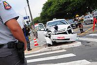 SAO PAULO, SP, 09 Janeiro 2012.Uma perseguicao a um Carro roubado terminou em acidente e troca de tiros na Av Tancredo Neves com Nossa Senhora das Mercedes.  (FOTO: ADRIANO LIMA - NEWS FREE)