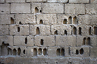 SYRIEN, 07.2014, Koreen (Provinz Idlib). Leben ohne Zentralregierung: Eine Hofmauer aus Hohlziegeln nach schwerem Beschuss. | Life without a central government: A yard wall sprayed with holes caused by heavy fighting.<br /> © Timo Vogt/EST&OST