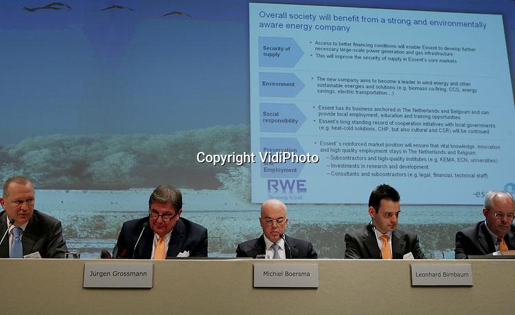 Foto: VidiPhoto..ARNHEM - Persconferentie van het Duitse energiebedrijf RWE en het Nederlandse Essent die de overname van Essent bekend maken.