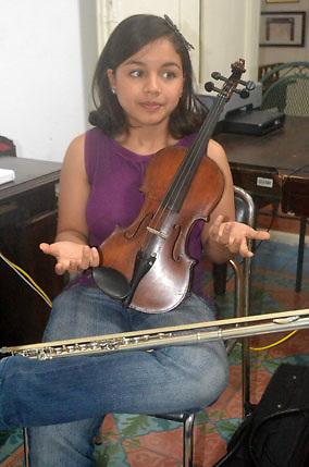 Estefany Vásquez Vásquez,  joven violinista y flautista de Santiago