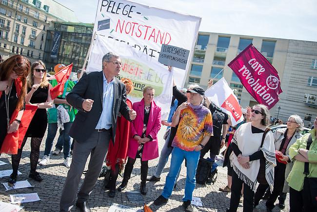 Pflege in Bewegung - Bundesweite Gefaehrdungsanzeige.<br /> Am Freitag den 12. Mai fand in Berlin zum &quot;Internationaler Tag der Pflege&quot; die Abschlussveranstaltung der Aktionskampagne &quot;bundesweite Gefaehrdungsanzeige&quot; am Brandenburger Tor statt.<br /> Neben Redebeitraegen von Politik gab es es Statements von Initiatoren der Kampagne und Aktivisten der Pflegeszene, sowie Politiker der Linkspartei, der SPD und der Gruenen. Erstmals wurde das Strategiepapier &quot;Zukunft(s)Pflege&quot; oeffentlich vorgestellt.<br /> Im Anschlus wurden ueber 8.500 Unterschriften im Bundesgesundheitsministerium uebergeben.<br /> Im Bild vlnr.: Bernd Riexinger, Parteivorsitzender der Linkspartei redet zu den Kundgebungsteilnehmern. Rechts von ihm Mechthild Rawert von B90/Gruene und Elisabeth Scharfenberg von der SPD.<br /> 12.5.2017, Berlin<br /> Copyright: Christian-Ditsch.de<br /> [Inhaltsveraendernde Manipulation des Fotos nur nach ausdruecklicher Genehmigung des Fotografen. Vereinbarungen ueber Abtretung von Persoenlichkeitsrechten/Model Release der abgebildeten Person/Personen liegen nicht vor. NO MODEL RELEASE! Nur fuer Redaktionelle Zwecke. Don't publish without copyright Christian-Ditsch.de, Veroeffentlichung nur mit Fotografennennung, sowie gegen Honorar, MwSt. und Beleg. Konto: I N G - D i B a, IBAN DE58500105175400192269, BIC INGDDEFFXXX, Kontakt: post@christian-ditsch.de<br /> Bei der Bearbeitung der Dateiinformationen darf die Urheberkennzeichnung in den EXIF- und  IPTC-Daten nicht entfernt werden, diese sind in digitalen Medien nach &sect;95c UrhG rechtlich geschuetzt. Der Urhebervermerk wird gemaess &sect;13 UrhG verlangt.]